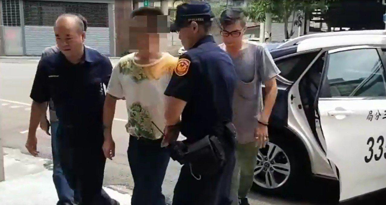 張男(左二)才剛出獄,昨晚又騎單車搶奪妙齡女子包包,今遭警方逮捕歸案。記者林佩均...