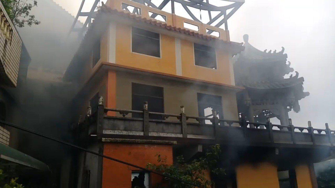 基隆「鬼廟」虎仔山淨因寺起火 濃煙罩基隆港