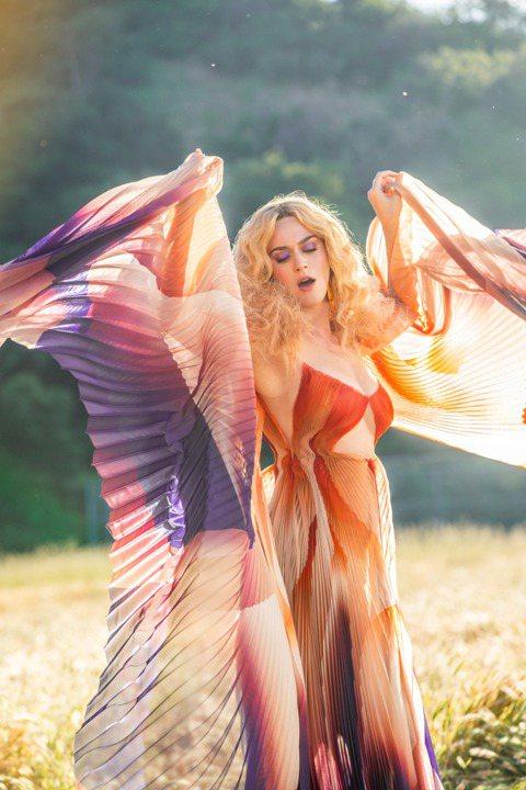 今年的流行樂壇可以說是熱鬧無比,先前不久泰勒絲才宣布新作創下優異成績之後,如今流行天后凱蒂佩芮(Katy Perry)在經過兩年的沉潛之後,也同樣大動作宣布回歸!凱蒂昨天起就開始在社群平台公布新歌 ...