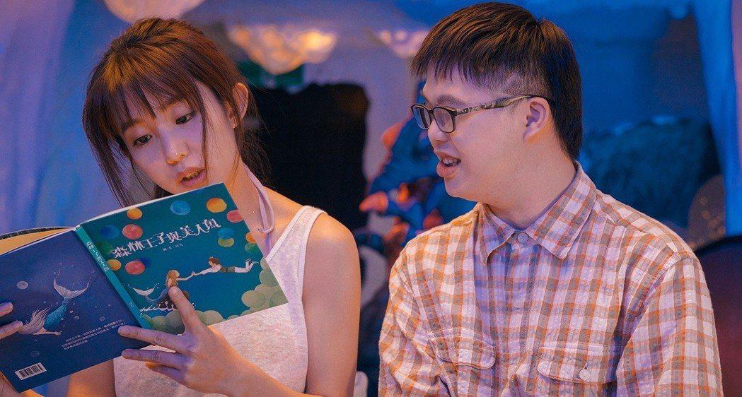 瑤瑤(左)在主演電影「傻傻愛你,傻傻愛我」化身金色美人魚,關切喜憨兒族群。圖/華