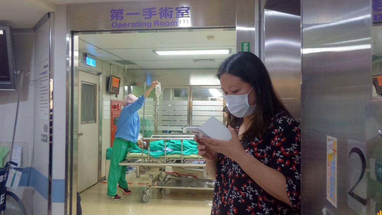 高雄阮綜合醫院今改選董事,副院長妻子遇襲,她女兒在手術室外著急。記者林保光/攝影