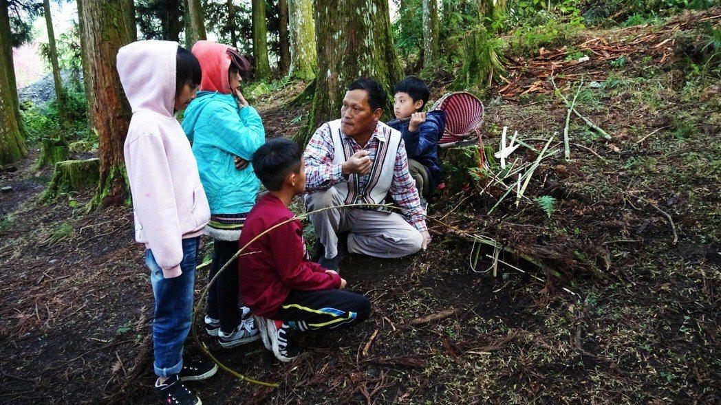 國小生跟著耆老做陷阱學科學。圖/清大原住民科學發展中心