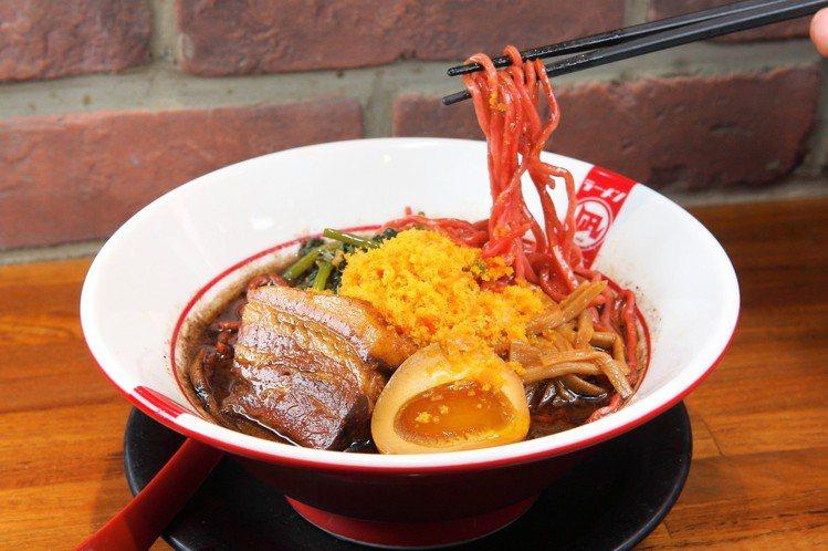 使用多種台灣特色食材的「台灣王」拉麵,每碗300元。記者陳睿中/攝影