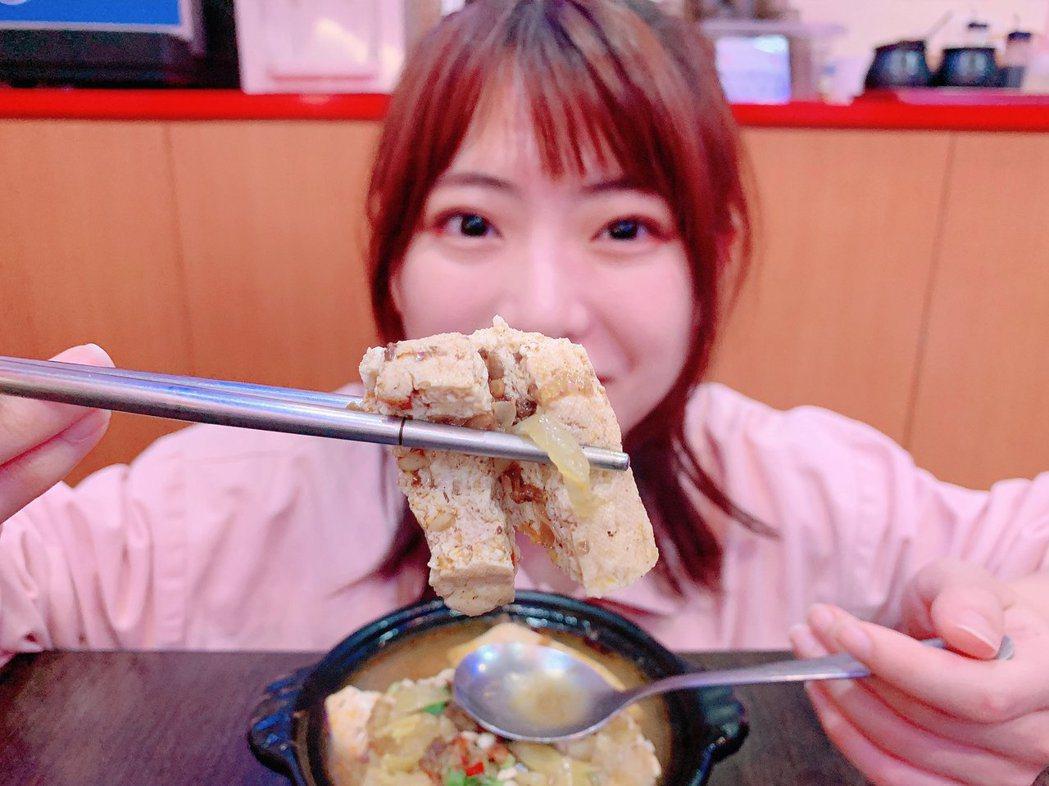 馬嘉伶吃臭豆腐。圖/摘自推特
