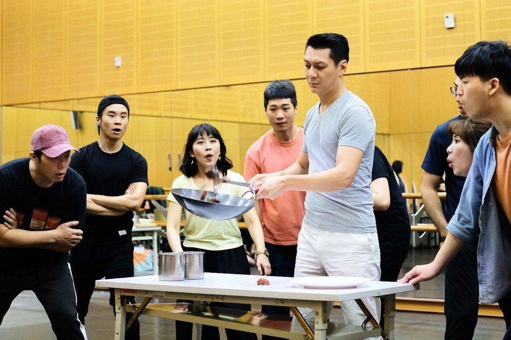 聶雲排練「飲食男女」音樂劇,一邊展現廚藝。 圖╱聯合數位文創提供