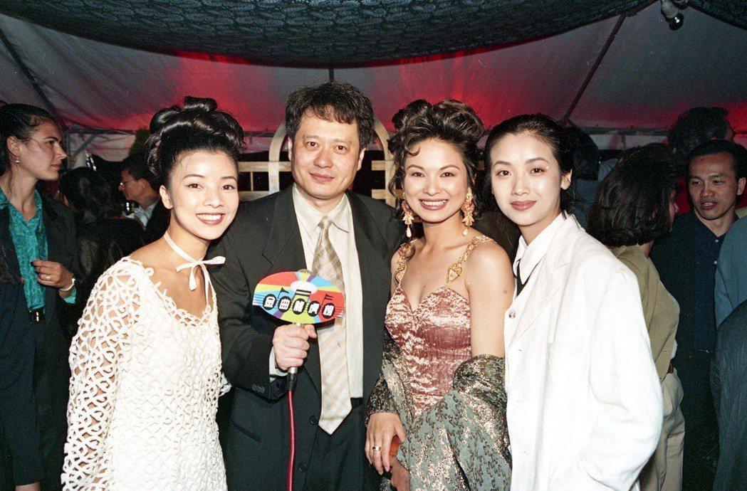 李安(左二)曾帶著「飲食男女」中的3姊妹王渝文(左起)、楊貴媚、吳倩蓮前往坎城影...