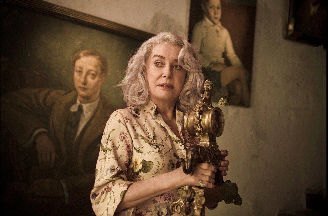 「人生最後一場拍賣會」凱薩琳丹妮芙的珠寶、名畫都是名家、名牌贊助出借,價值連城。