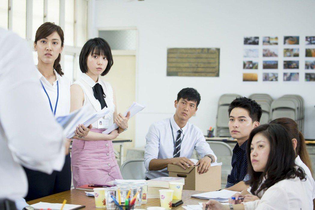 「最佳利益」戲中,飾演實習律師的陳怡嘉(左起)、程予希、鍾承翰、楊銘威因戲結緣感
