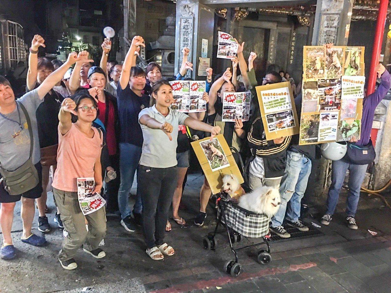20多名愛狗人士今晚拿著抵制傳單,聚眾抗議「毒狗」的王姓西瓜汁攤老闆。記者蔡翼謙...