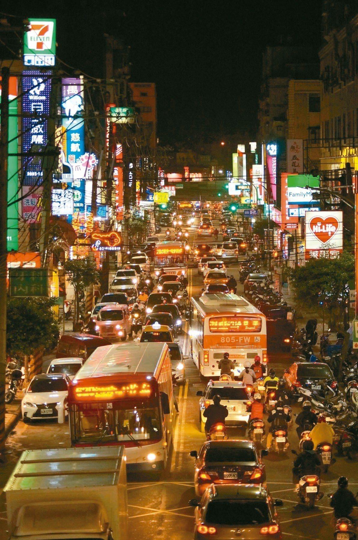 「捷運不來,交通如何改善?」汐止社后地區通往台北方向道路,每到上下班時間就塞不停...
