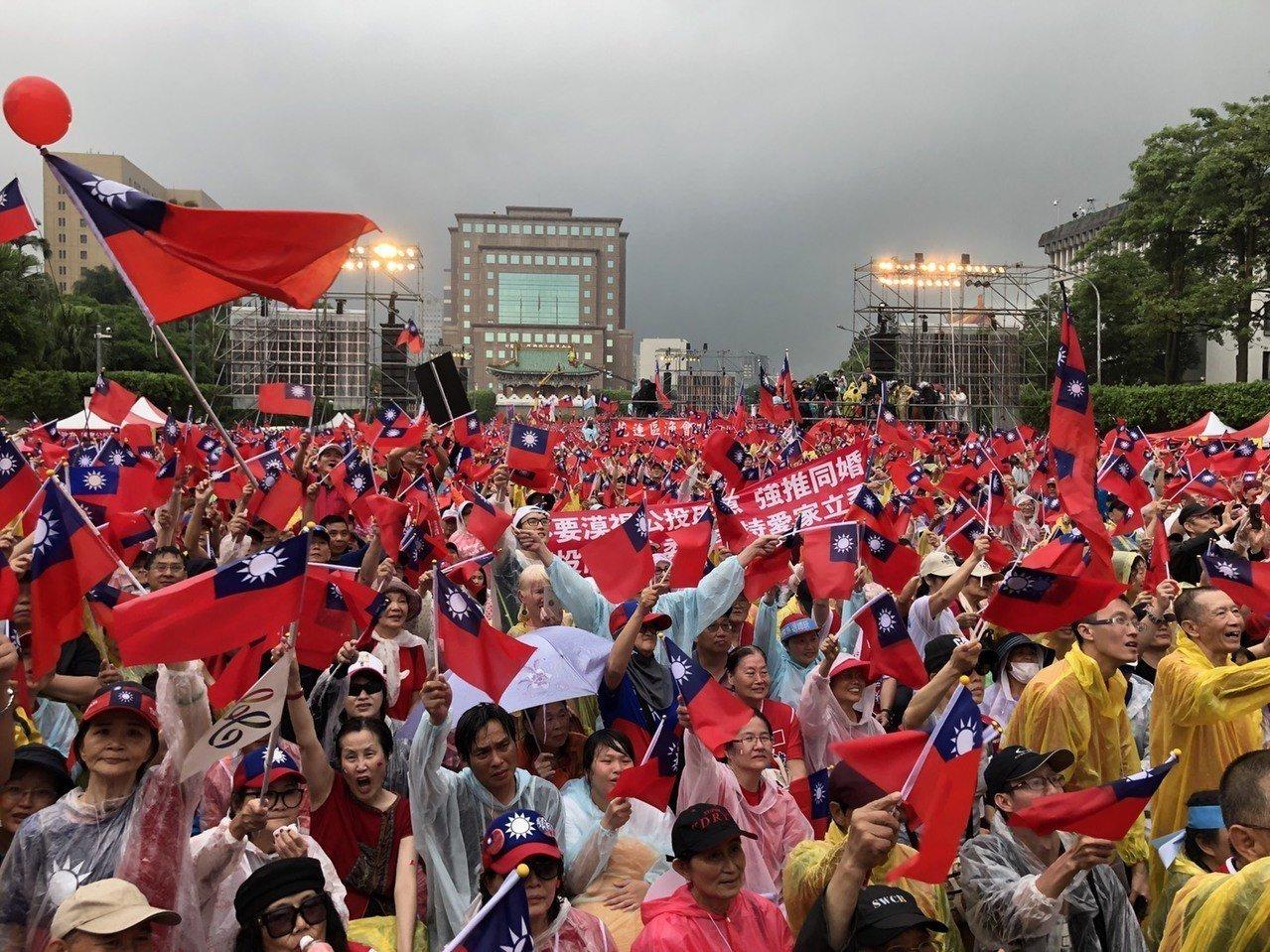 挺韓團體在凱道舉辦「庶民總統團結台灣、決戰二○二○贏回台灣」挺韓造勢大會,民眾在...