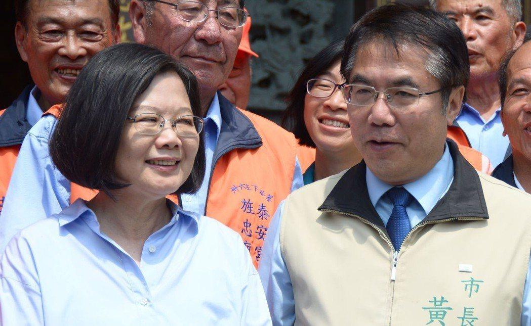 總統蔡英文(左)到台南後壁區下茄苳泰安宮參拜,與台南市長黃偉哲一起合影。記者吳淑...