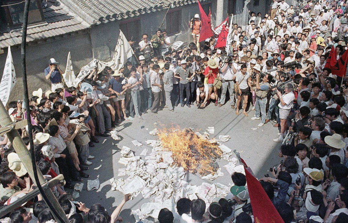美聯社 Jeff Widener 攝,隔天學生到報社前焚燒《北京日報》。1日當晚...