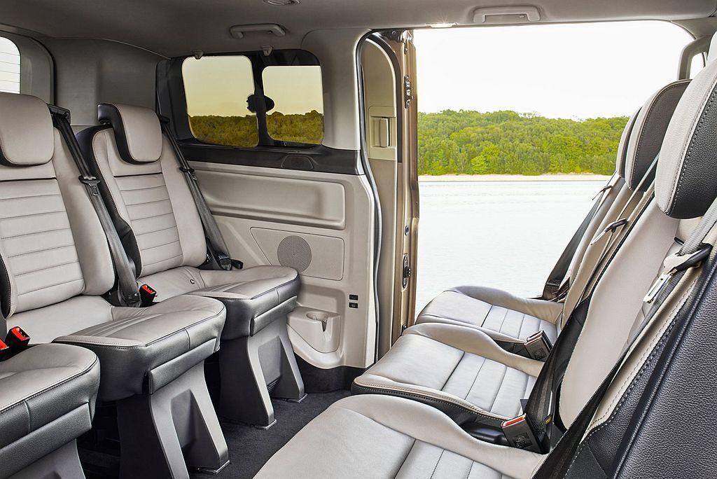 Ford Tourneo Custom為8人座設定,動力來自2.0L渦輪柴油引擎...