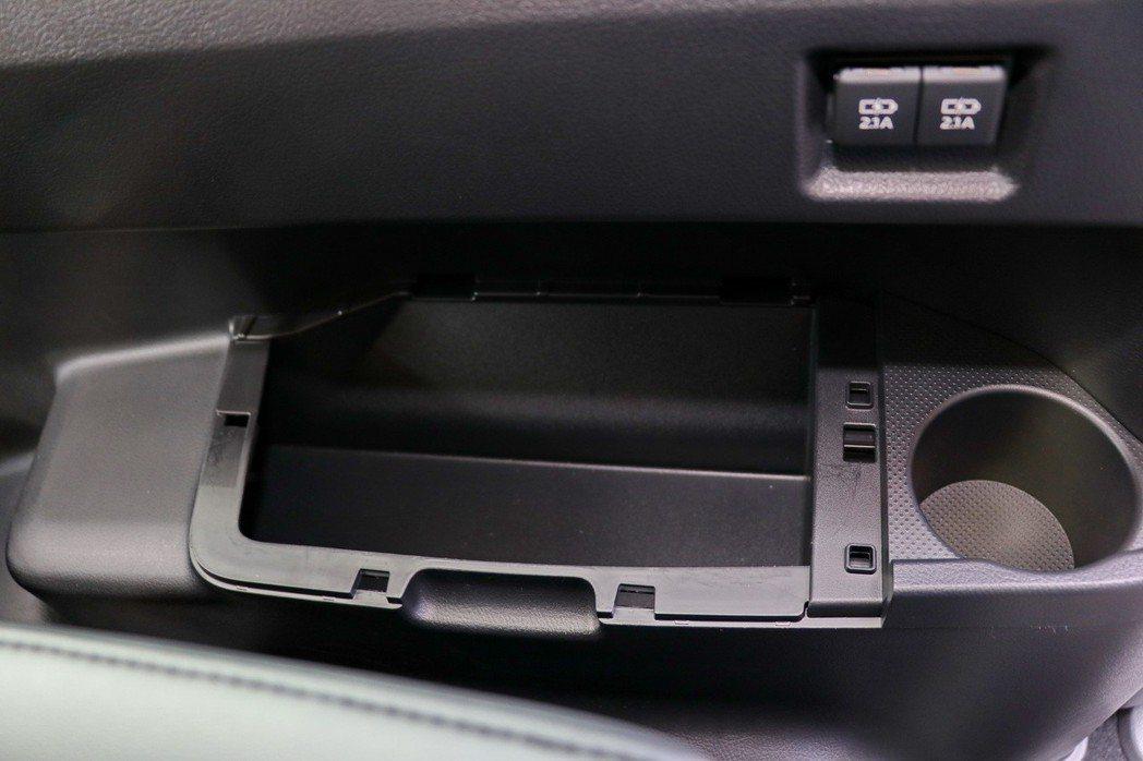 第三排座椅兩側另外有置物空間及USB孔。 記者陳威任/攝影