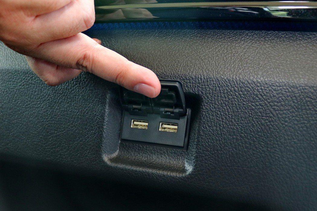 第3排座椅側還提供兩個USB插孔。 記者陳威任/攝影