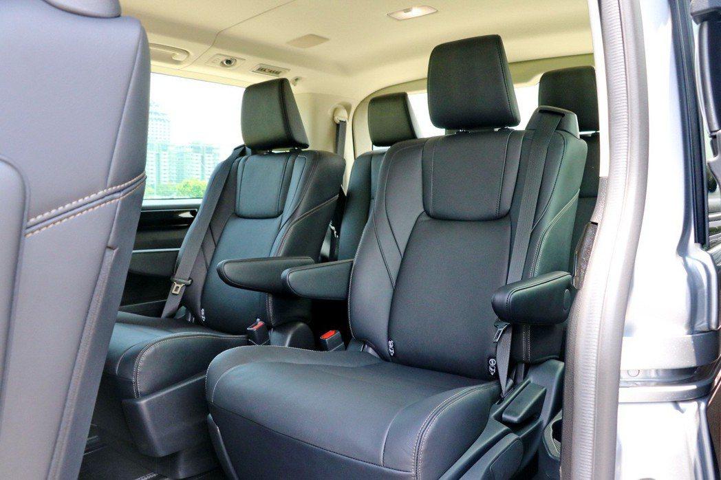 後座第1、2排Captain豪華皮質座椅提供獨立座椅與扶手,讓乘客擁有個人專屬的...