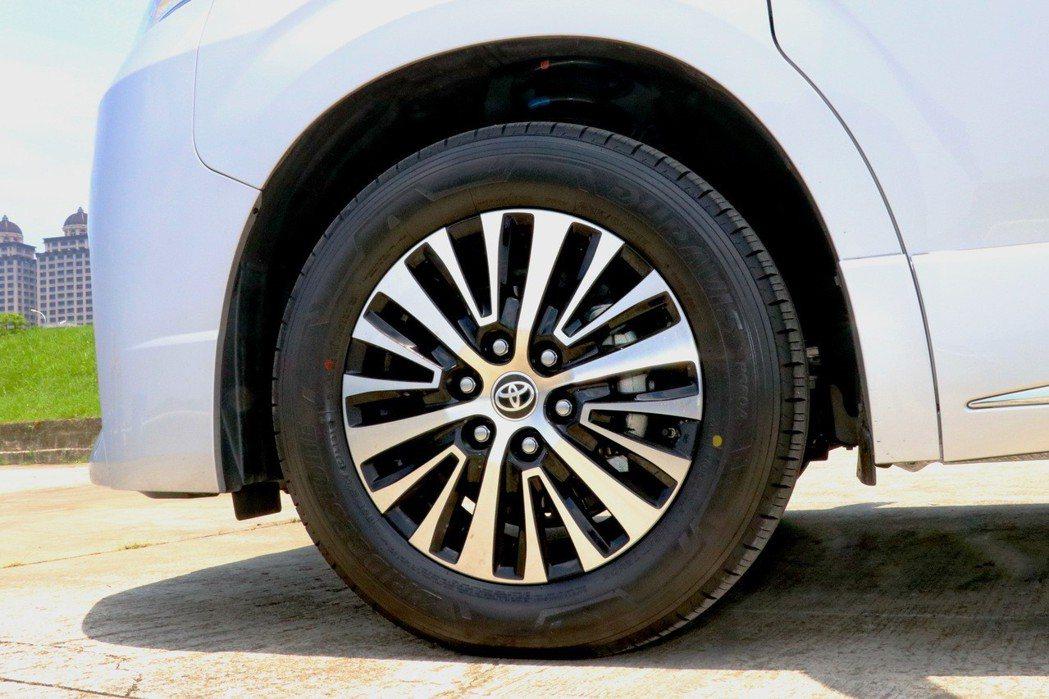 17吋鋁合金輪圈更強化商旅車的氣勢。 記者陳威任/攝影