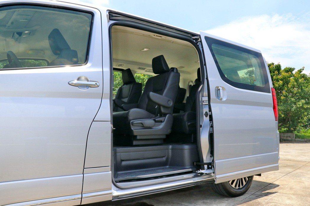 全車系配置雙滑門設計,高階車型配置雙電動滑門。 記者陳威任/攝影