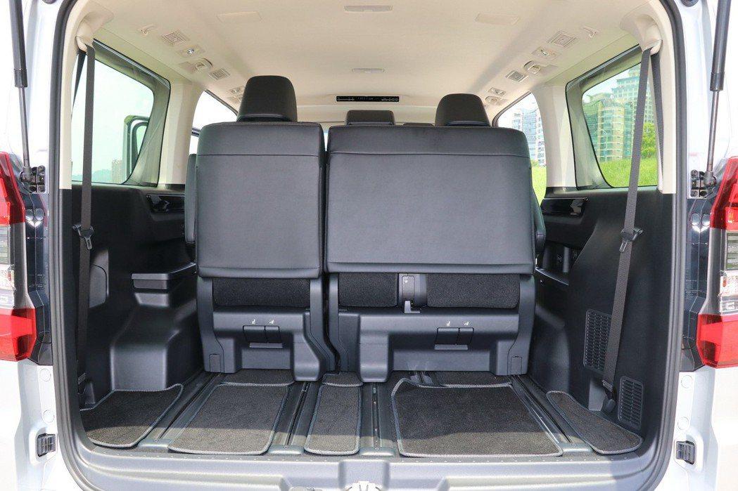 將後座座椅往前滑移即可得到較好的置物空間。 記者陳威任/攝影