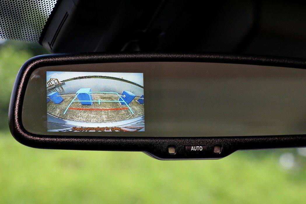 倒車顯影設置在後照鏡上頭。 記者陳威任/攝影