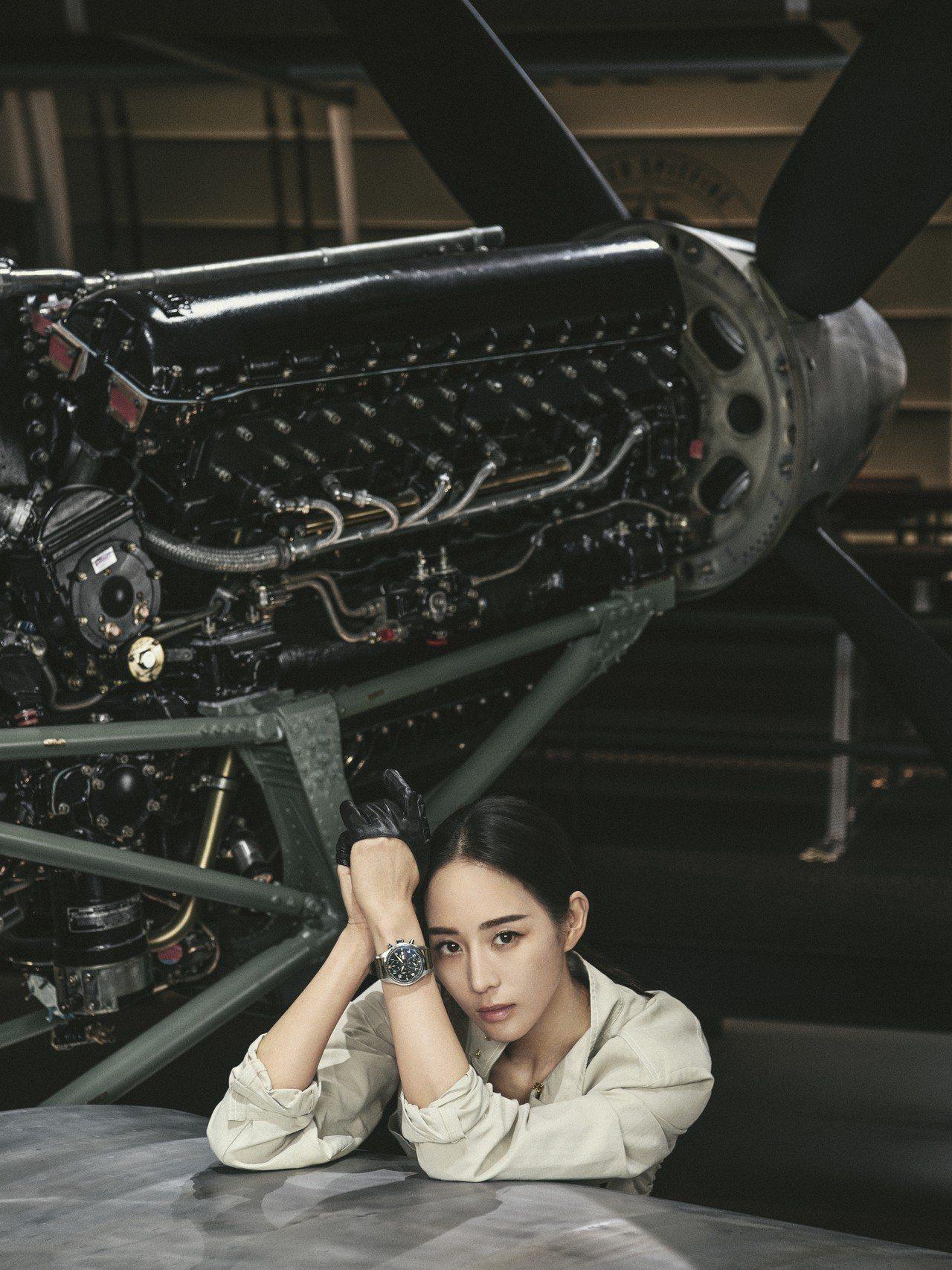 張鈞甯配戴IWC萬國錶噴火戰機飛行員計時腕表不鏽鋼款。圖/萬國表提供