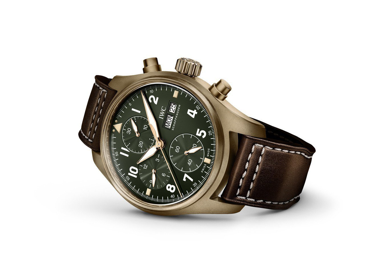 路易斯漢米爾頓配戴的IWC噴火戰機飛行員計時腕表青銅款,21萬1,000元。圖/...