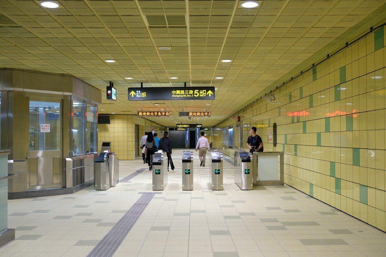 新北市捷運大坪林站驚傳有襲胸色狼出沒,一名女子前天在捷運站遭一名年約30歲的男子...
