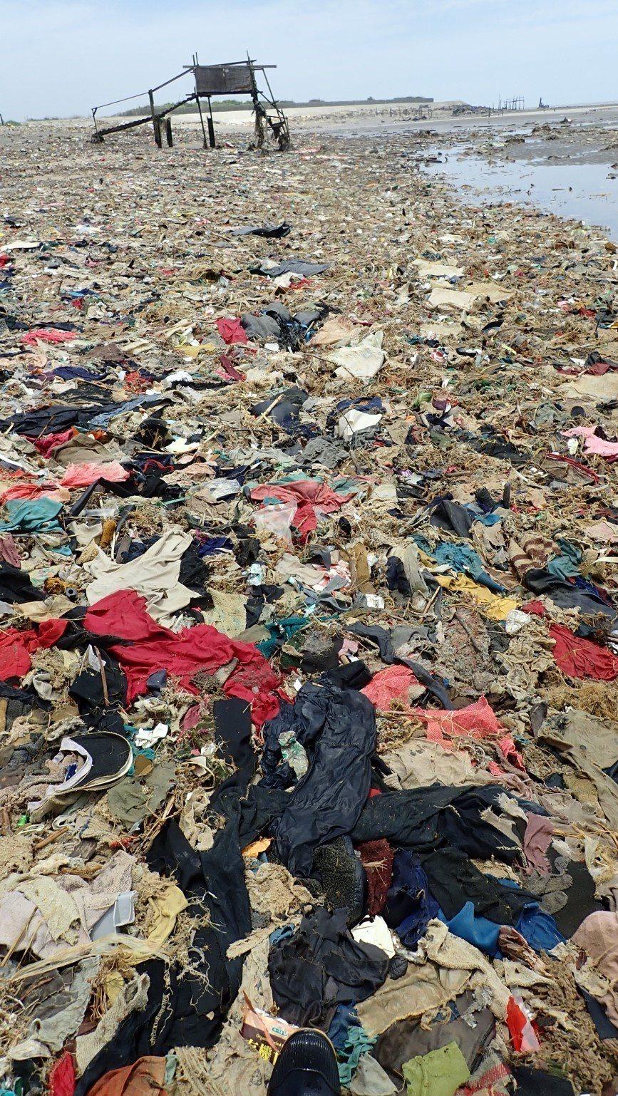 桃園新街溪出海口滿滿廢棄物 網友:以為到未開發國家