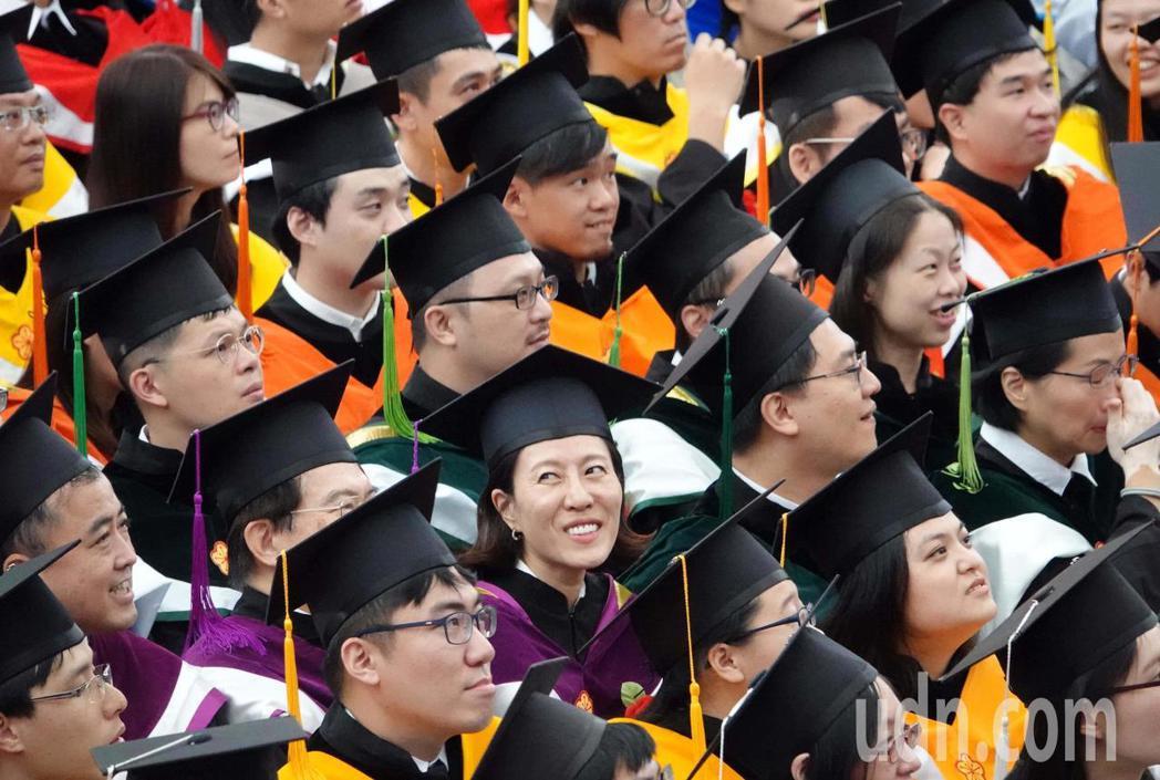 台大今天舉行107學年度畢業典禮,今年共有學士班畢業生4911名,碩士班4785...