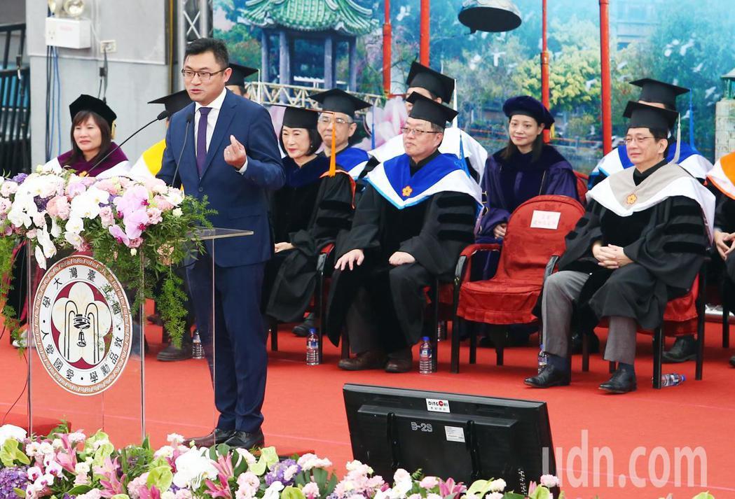 台大今天舉行107學年度畢業典禮,這是管中閔(右)就任台大校長以來第一年主持畢業...