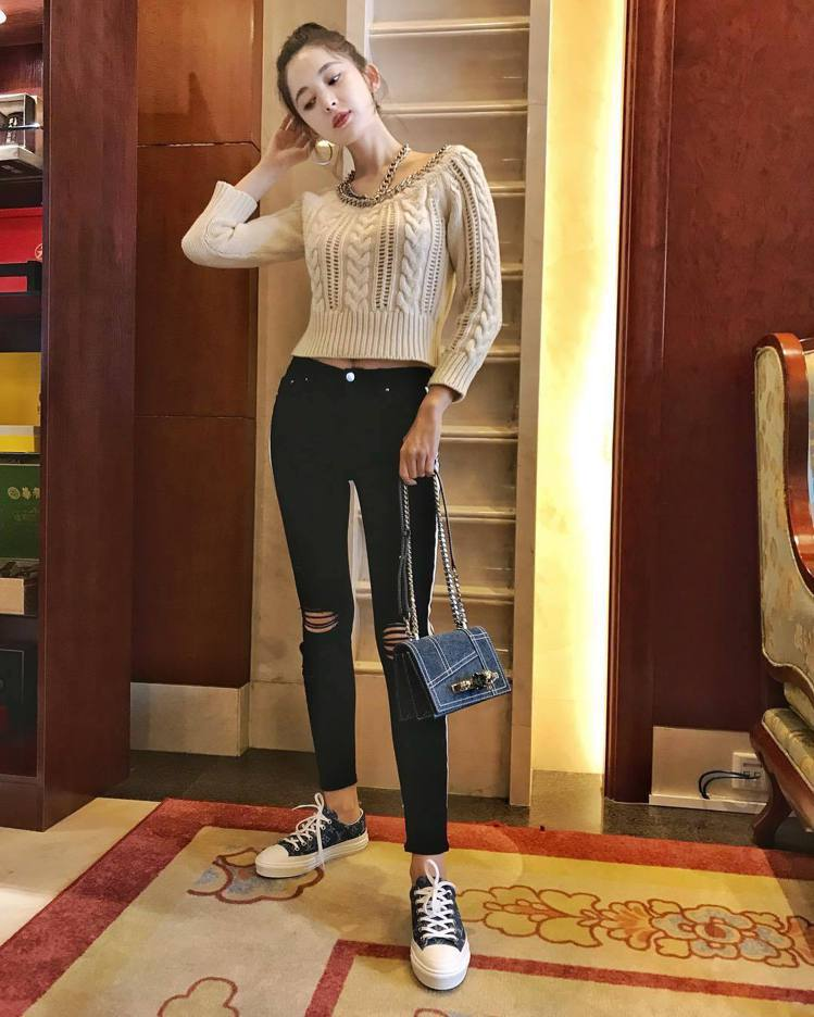 古力娜扎穠纖合度的身材超搶鏡,手提Alexander McQueen丹寧鑽石骷髏...