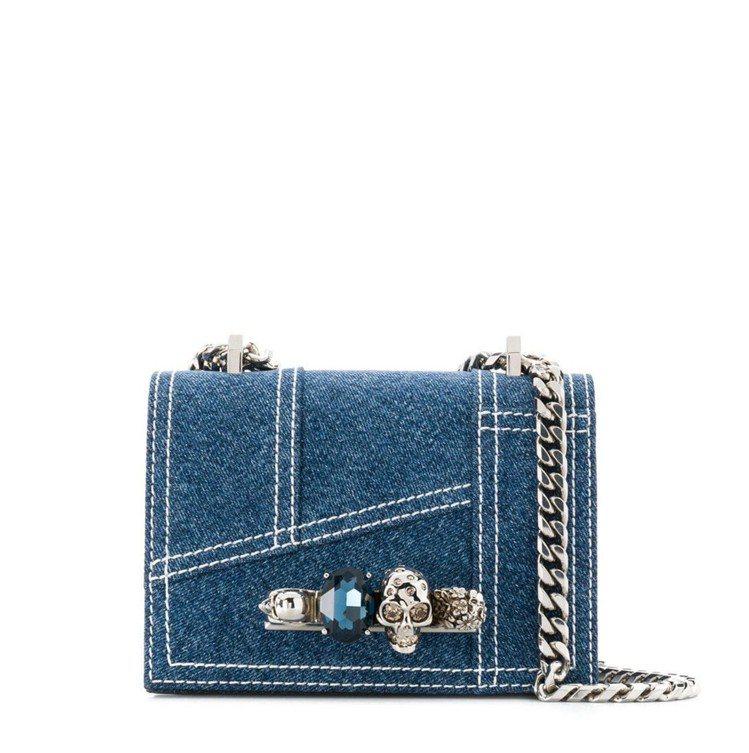 Alexander McQueen丹寧鑽石骷髏鍊帶包,售價87,000 元。圖/...
