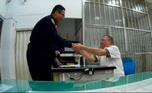 羅姓老翁(右)感謝第五交通分隊警員王建智(左)積極追查肇事者,兩度到交通分隊感謝...