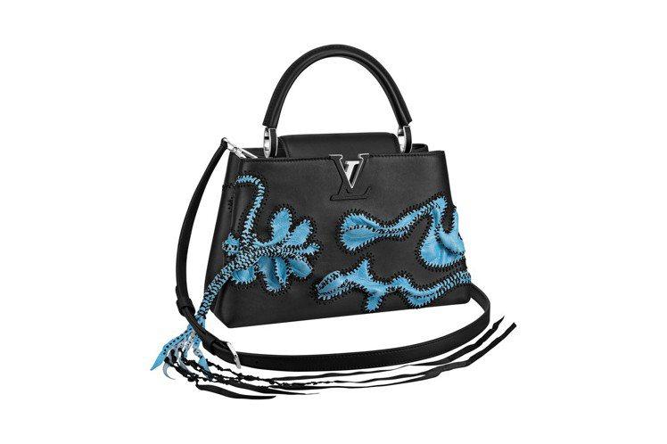 尼可拉斯.赫洛博構想的Arty Capucines以精緻手工蕾絲結合縫製皮革圖案...