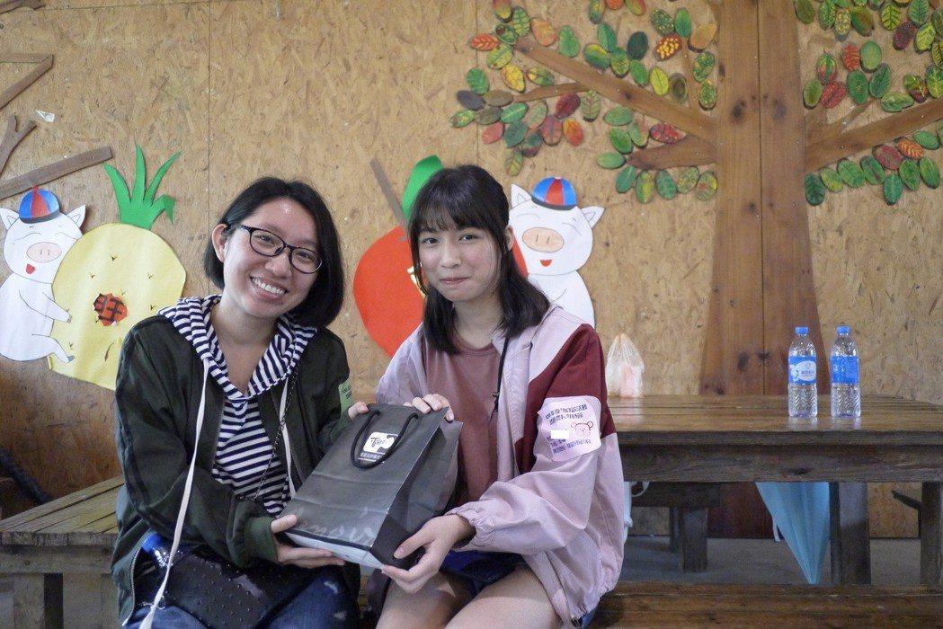 呂週迪交棒女兒呂季璇(左),見面時還送小雅小禮物。圖/桃園家扶中心提供