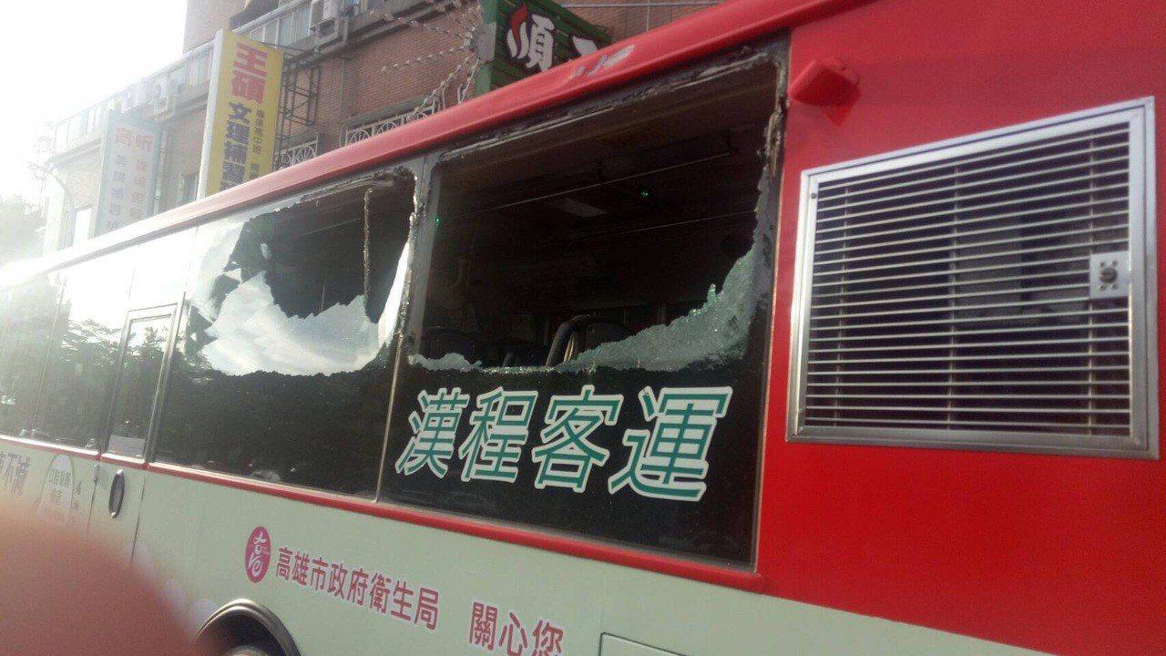 公車左後方2面玻璃遭擊碎。記者林保光/翻攝