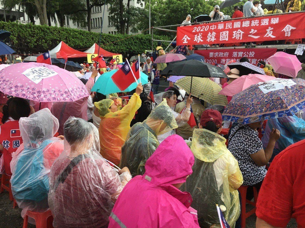 造勢活動在大雨中展開。記者魏莨伊 / 攝影