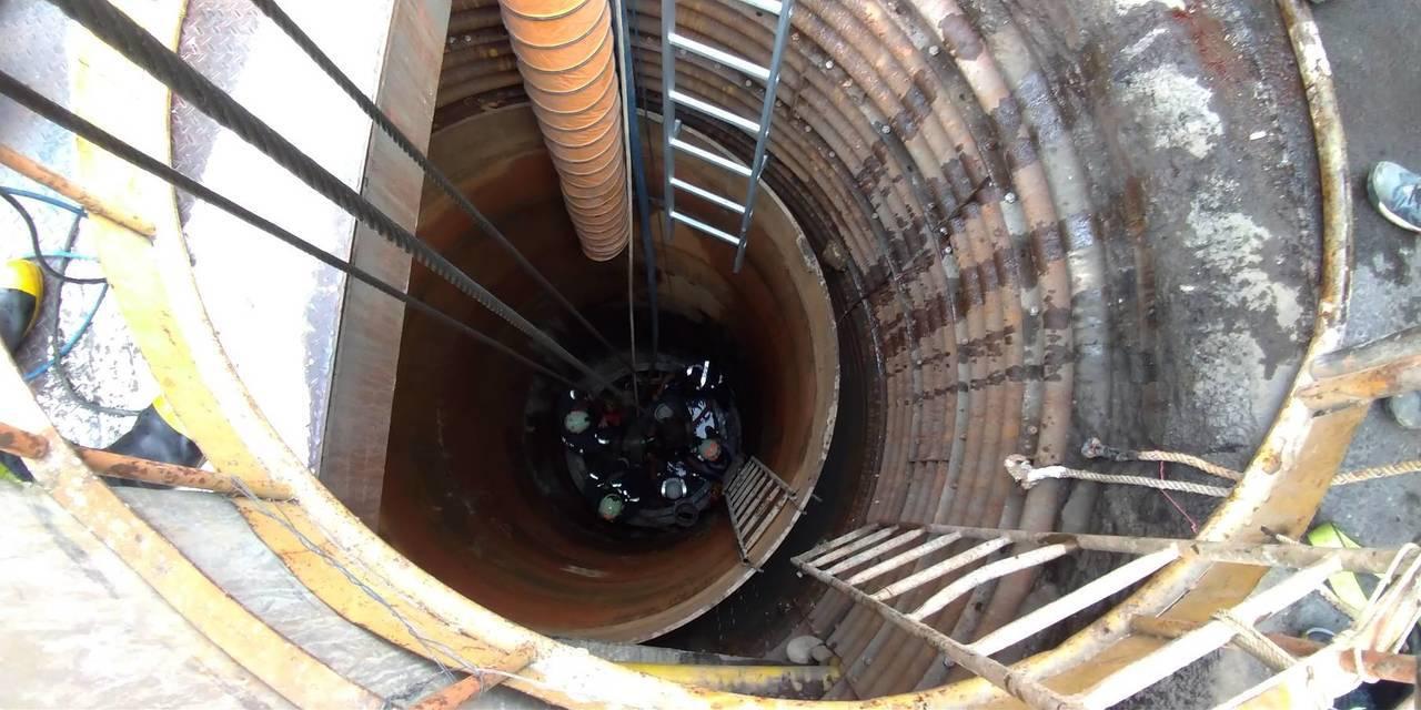 鶯歌下水道工程傳爆炸,2工人被炸裂衝出的管道重擊,1人當場失去生命跡象。記者巫鴻...