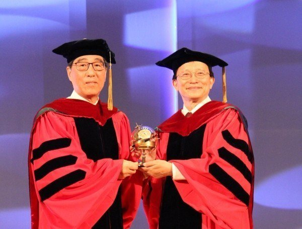 國立交通大學今日舉辦開業典禮,香港城市大學校長郭位(左)獲邀演講,並以「數據怎麼...