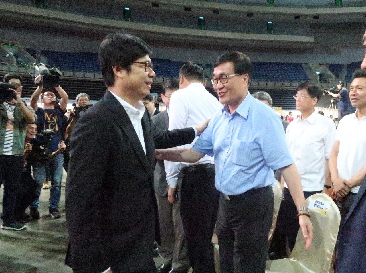 行政院副院長陳其邁(左)出席高雄巨蛋反毒博覽會,指韓市長沒有來非常可惜,許多人會...
