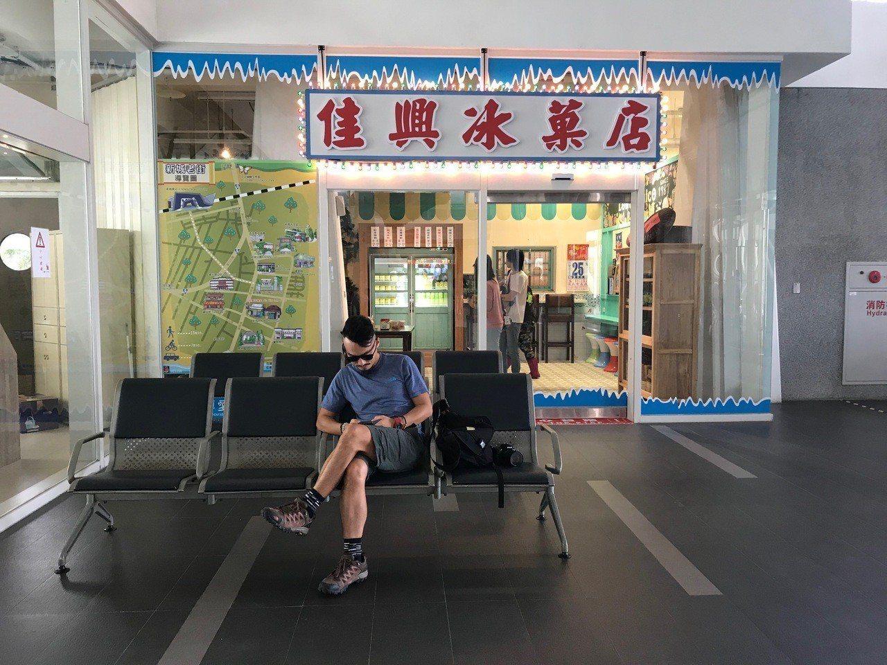 花蓮佳興冰菓室的檸檬汁全台知名,在新城火車站內設有懷舊款店面。記者王燕華/攝影
