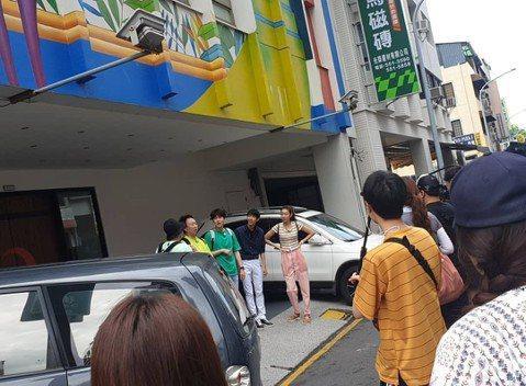 Super Junior(SJ)老么圭賢今天與朴明秀、李龍真、韓惠珍、光熙一起在高雄,錄製tvN實境節目「窮遊豪華團」第2季「更窮遊豪華團」。他們走的是標準觀光客行程,陸續在駁二藝術園區被遊客直擊,...