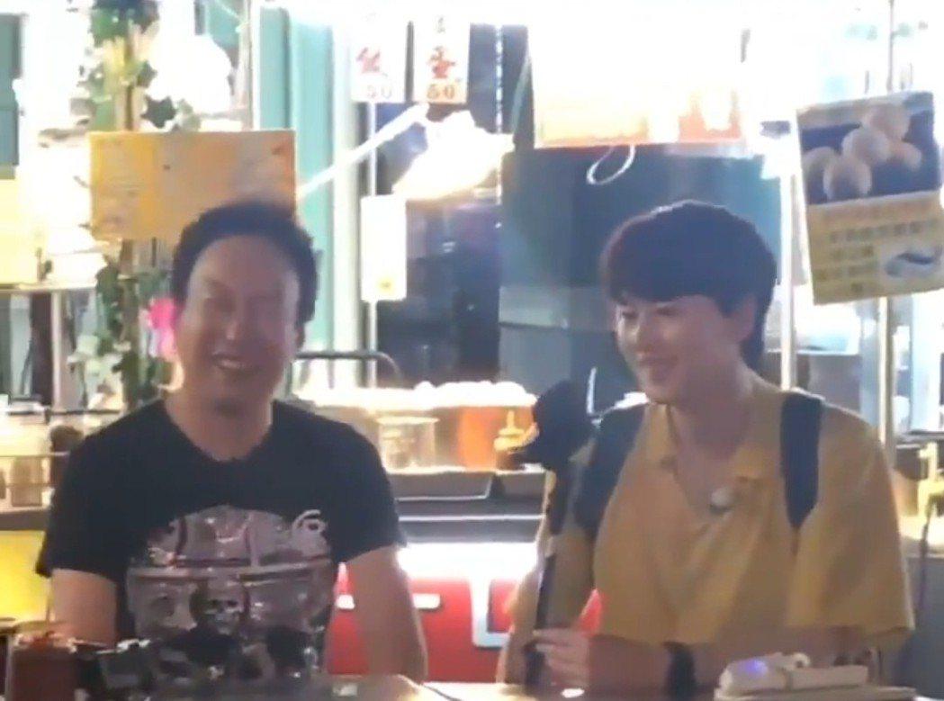 朴明秀和圭賢在六合夜市吃飯。圖/摘自推特