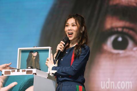 蔡健雅6/1日舉辦《我要給世界最悠長的濕吻》音樂分享會,現場與專屬黑膠唱機合照並演唱專輯中最新歌曲。