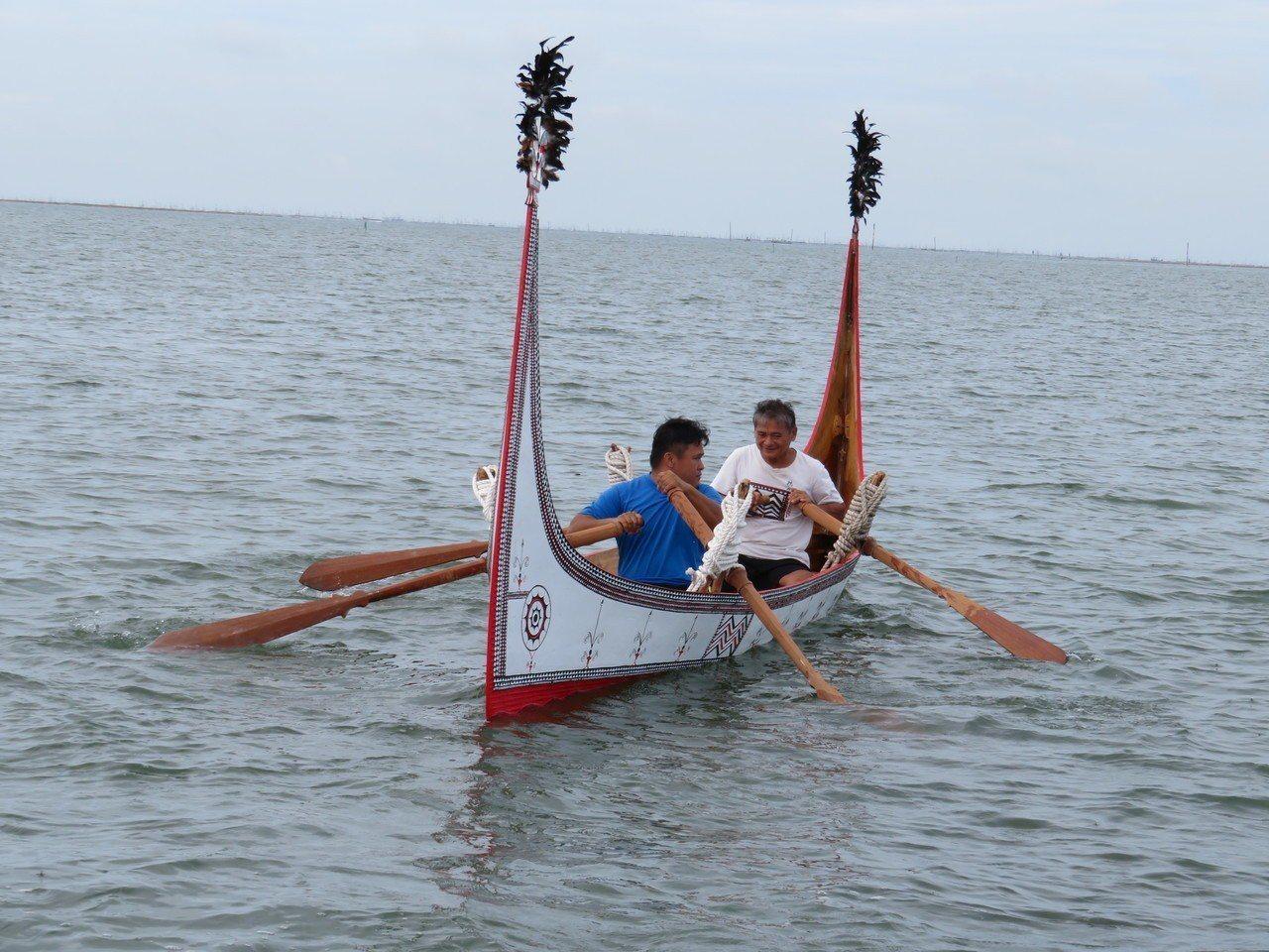 蘭嶼達悟族青年張世凱與父親張馬群打造「蘭嶼拼板舟」,上午參加東石鄉網寮漁港淨灘活...