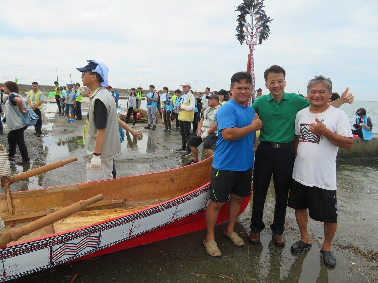 蘭嶼達悟族青年張世凱(左)與父親張馬群(右)在網寮漁港,展示拼板舟,張世凱巧遇2...