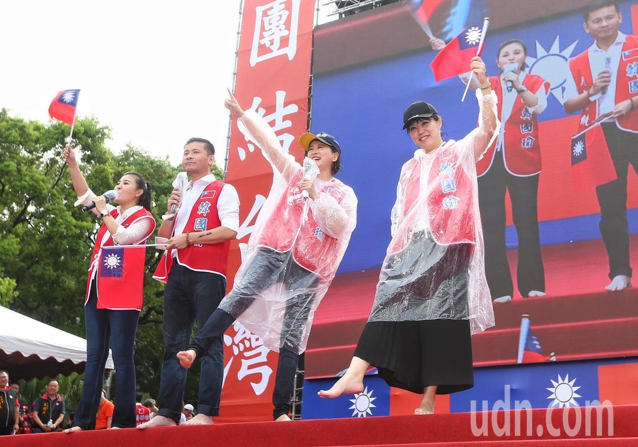 主持人台北市議員王鴻薇(右二)、戴錫欽(左二)等上台時脫下鞋子在滂沱大雨中要以最...