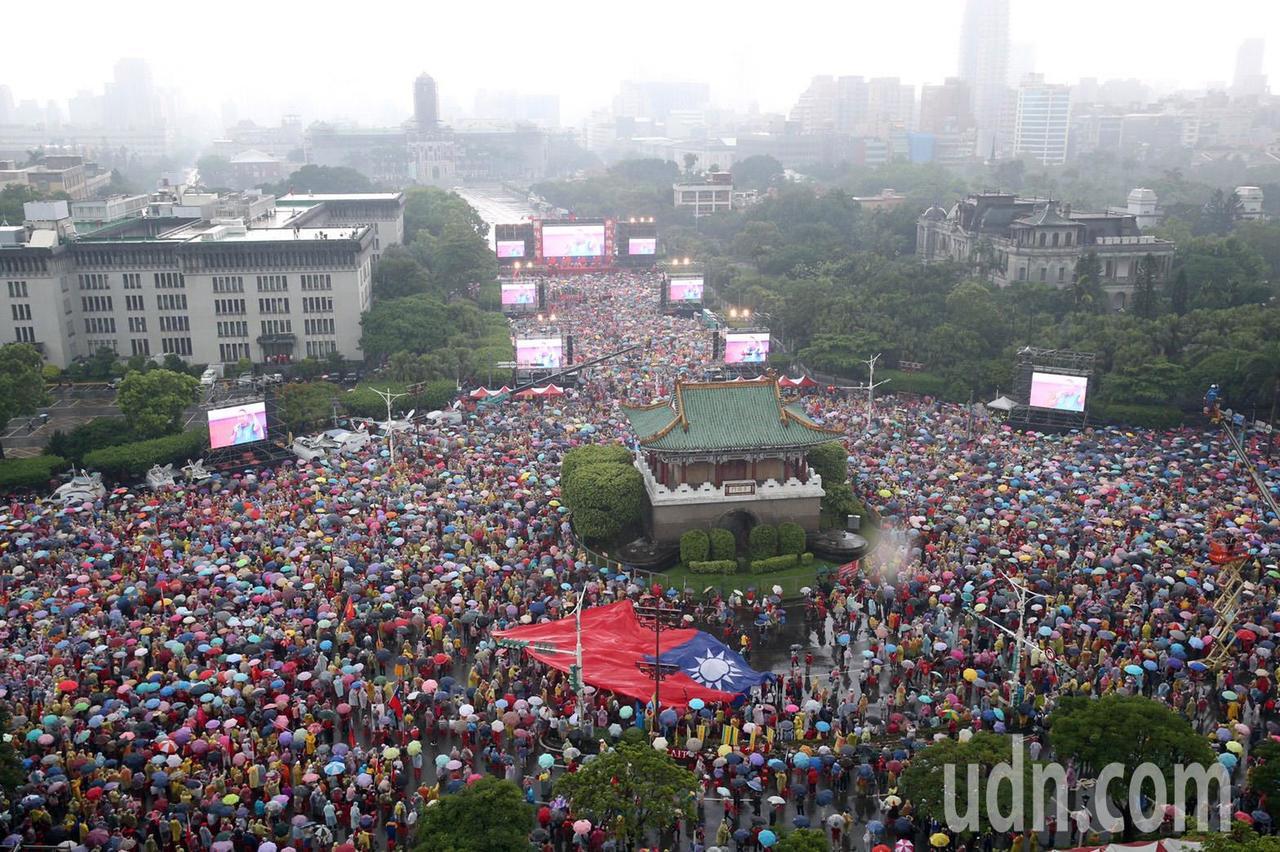 雖然現場下著大雨,仍湧進數萬民眾在風雨中揮舞國旗展現挺韓決心。記者曾吉松/攝影