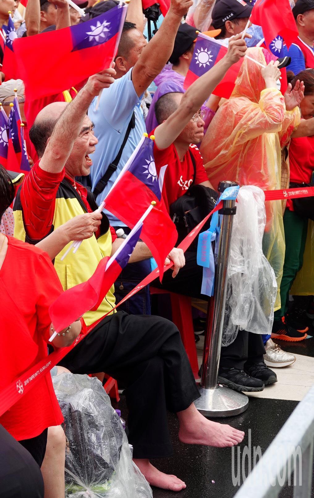 民眾脫下鞋子接地氣相挺韓國瑜。記者王騰毅/攝影
